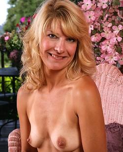 Big boob milf showing boobs